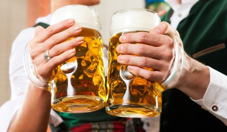 זוג שותה בירות גרמניות